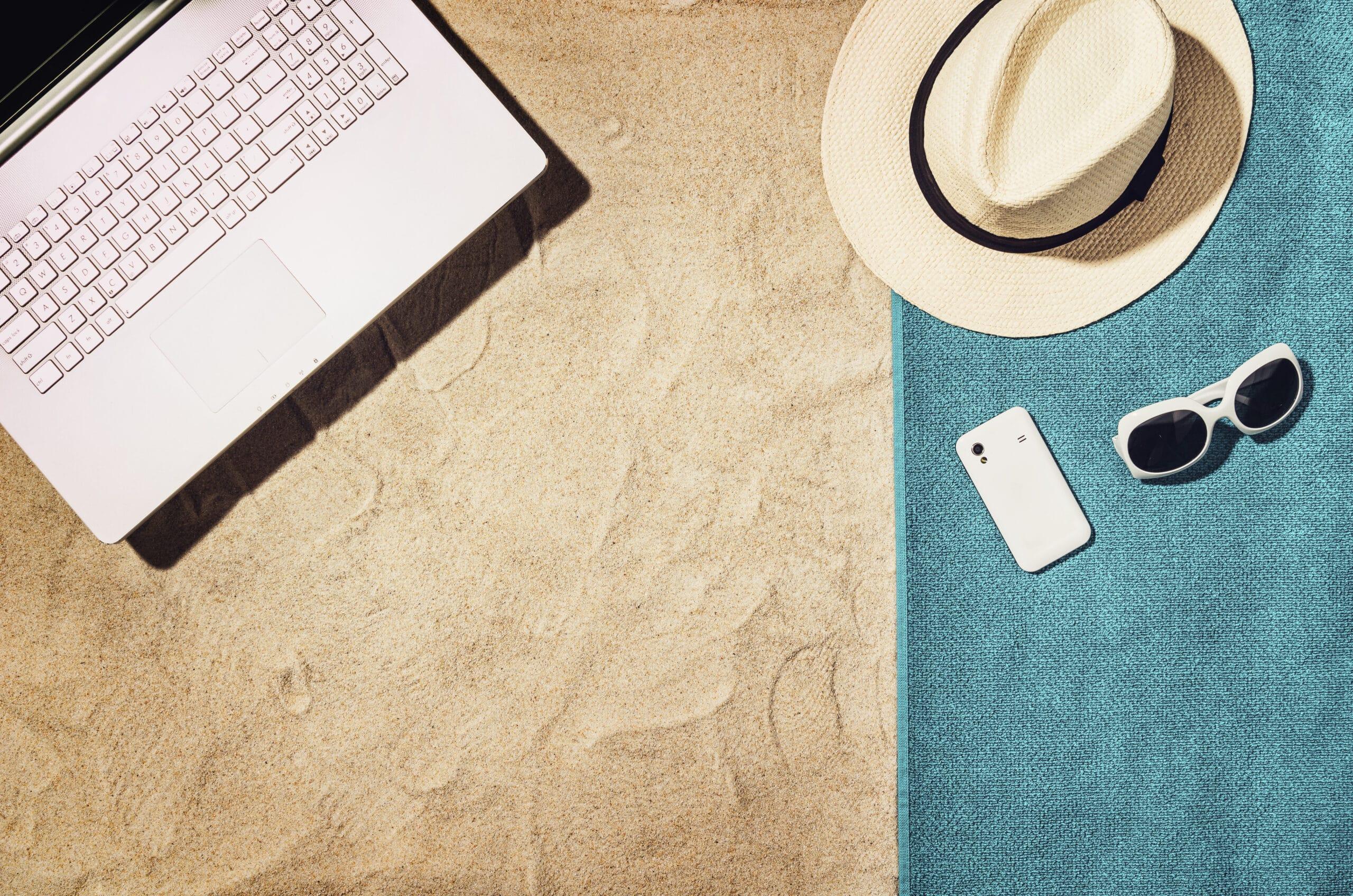 Spiaggia, computer e vacanze estive.
